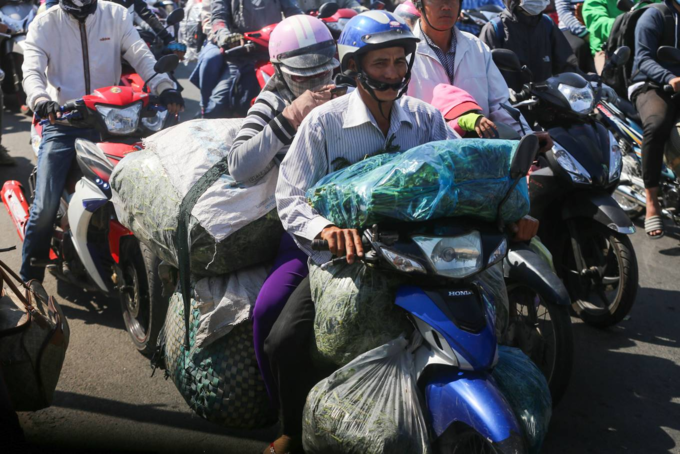 Reverse exodus to HCMC triggers massive traffic jams - 5