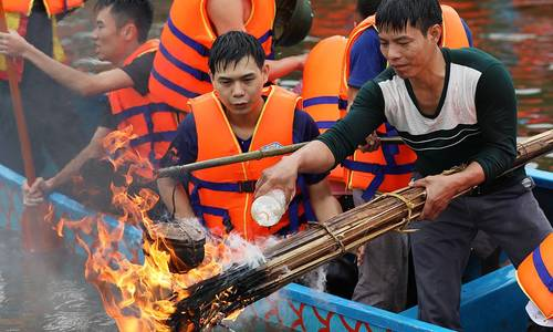A temple festival boat race cooks rice, catches a duck