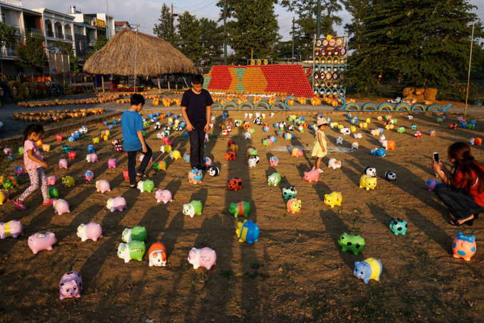 Welcome Tet with thousands of piggybanks at Dong Nai park