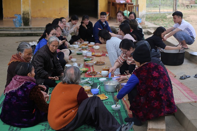 A warm meal between lepers and volunteers. Photo by VnExpress/Thanh Nga