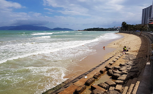 Russian tourists drown in central Vietnam beach