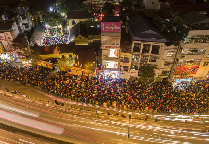 Thousands flock to Hanoi pagoda to ward off bad luck