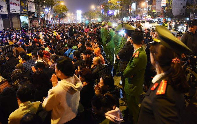 Thousands flock to Hanoi pagoda to ward off bad luck - 4