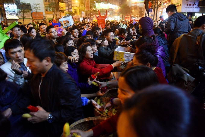 Thousands flock to Hanoi pagoda to ward off bad luck - 6
