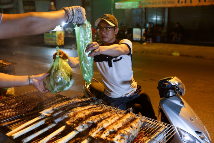 When people spend the night grilling snakehead fish for God of Wealth - 10