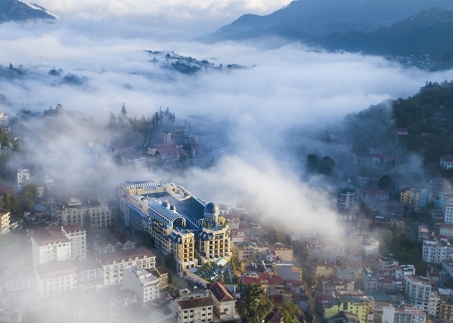 Hidden amongst the emeraldhillsof the cloud city, Hotel de la Coupole, MGallery by Sofitel, the first international five-star hotel in Sapa (Lao Cai Province), looks like a palace.