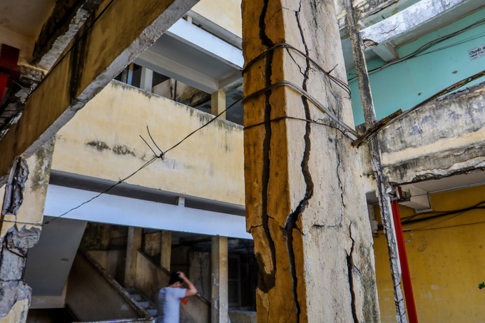 Hundreds of Saigon households live on the edge of collapse in squalid, failing buildings (edited) - 2