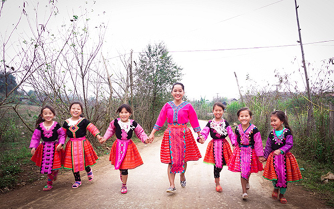 The writer with Hmong girls in Moc Chau. Photo courtesy of Huynh Kien.