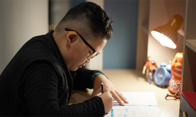 Huy studies at home. Photo by VnExpress/Thanh Tan