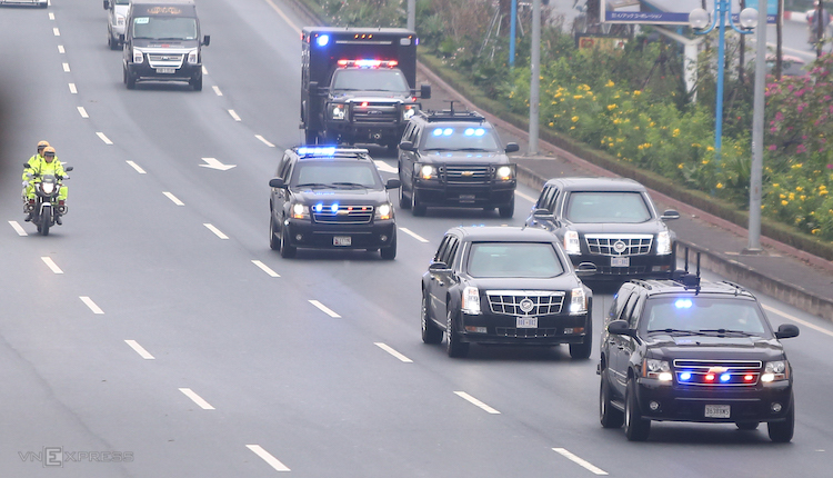The private cars that will serve Trumps upcoming visit are on the way from Noi Bai Airport to downtown Hanoi Saturday morning. Photo by VnExpress/Pham Du