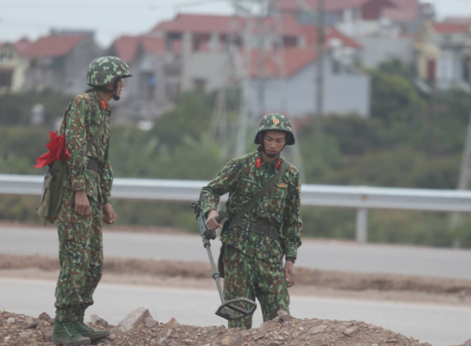 A mine detection team is seen on the road leading to Hanoi. Photo by VnExpress/Gia Chinh