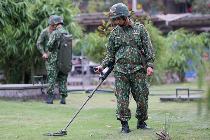 Sapper forces check bombs and mines inside the five-star JW Marriott Hotel in Hanoi on Sunday morning. Photo by VnExpress/Pham Du