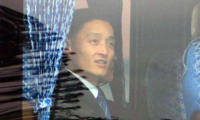 A North Korean agent smiles as he leaves Noi Bai Airport. Photo by VnExpress/Vo Hai