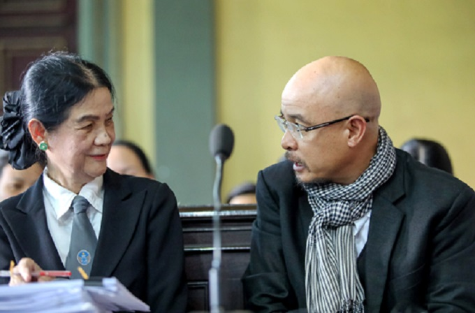 Vu (R) said the company's shares held jointly with his wife also divided 70:30 in his favor. Photo by VnExpress/Thanh Nguyen