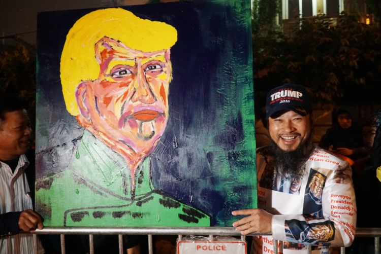 Hanoians welcome President Trump with flags, flowers and art - 1