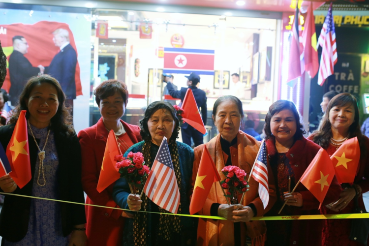 Hanoians welcome President Trump with flags, flowers and art - 2