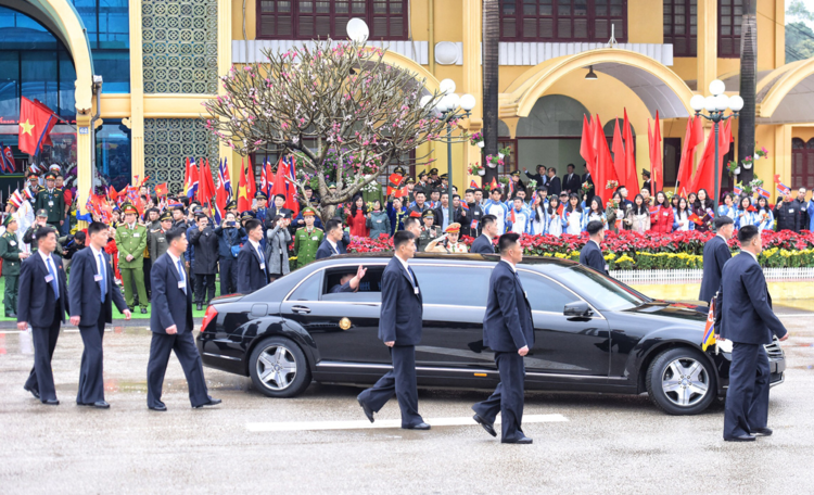 The bodyguards accompany the car of Kim Jong-un to Hanoi. Photo by VnExpress/Huu Khoa-Giang Huy