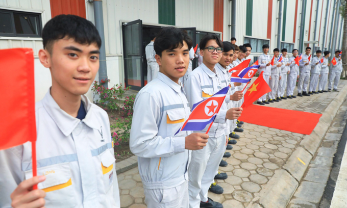 [Vinfast students line up to greet officials. Photo by VnExpress/Huu Khoa]