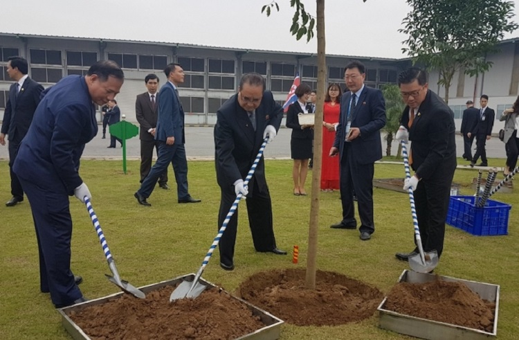 The North Korean delegation plants a tree at the An Phat Plastic Company in Hai Duong on February 28, 2019. Photo by VnExpress/Anh Minh