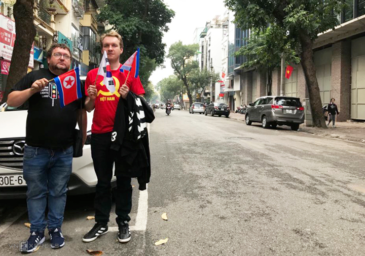 The national flags of South Korea and North Korea always go hand in hand with tourists during their visit to Hanoi, Lee (right) intends to buy more Vietnamese flags. Photo by Pham Huyen.