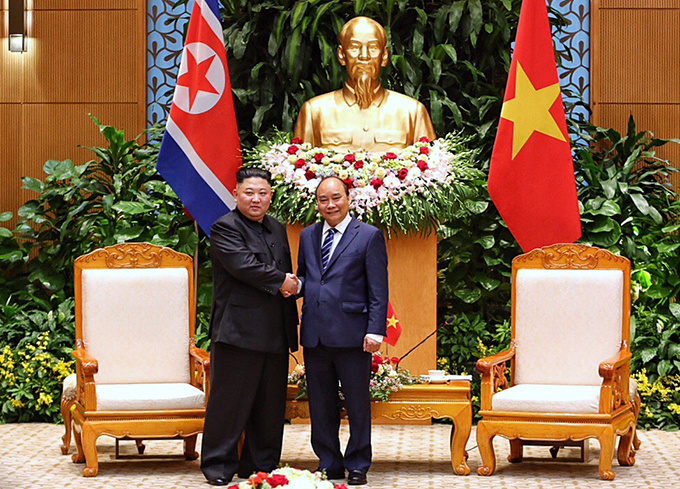 Chairman Kim later met with Prime Minister Nguyen Xuan Phuc (R). Photo by VnExpress