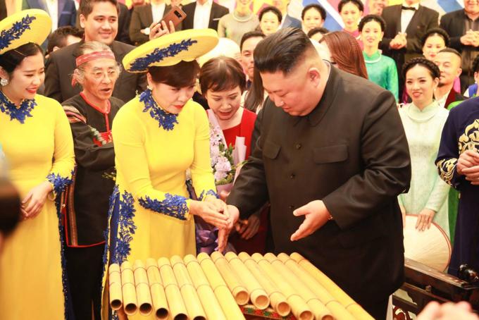 Vietnamese artist showed Kim Jong-un how the K'long putis played. Photo by VnExpress