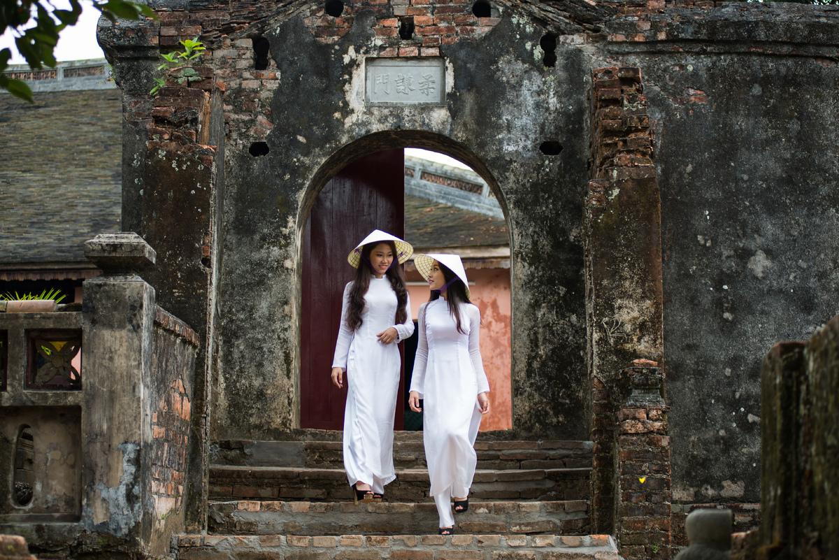 2 nữ sinh trong tà áo dài thướt tha