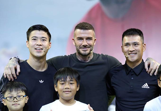David Beckham with Vietnamese footballers Duy Manh (L) and Cong Vinh. Photo by VnExpress/Huu Khoa