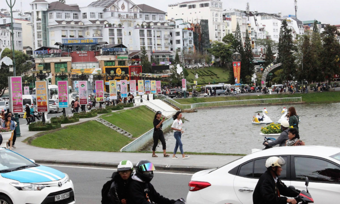 Two youth detained in Da Lat for robbing British woman