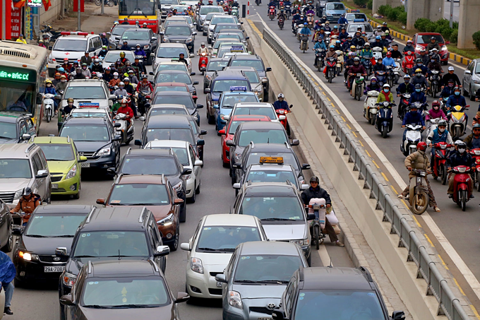Traffic jams a daily nightmare on two roads slated for Hanoi motorbike ban - 1