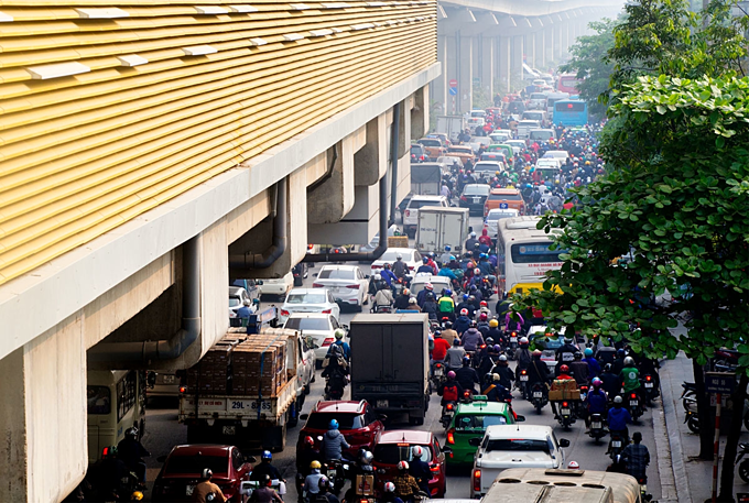 Traffic jams a daily nightmare on two roads slated for Hanoi motorbike ban - 2
