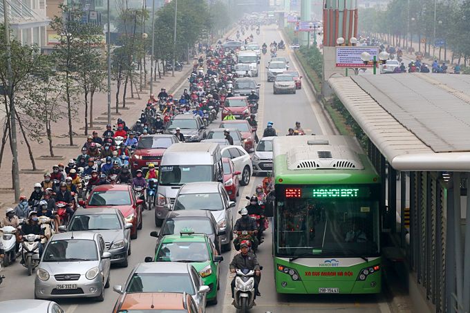 Traffic jams a daily nightmare on two roads slated for Hanoi motorbike ban - 4