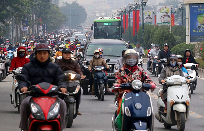 Traffic jams a daily nightmare on two roads slated for Hanoi motorbike ban - 6