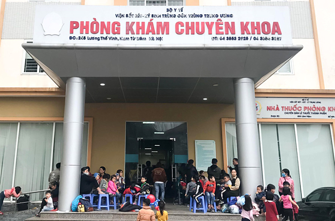 [Caption] Parents and children gather in front of a department in the National Institute of Malaria, Parasite and Entomology in Hanoi March 16, 2019. Photo by VnExpress/Duong Tam