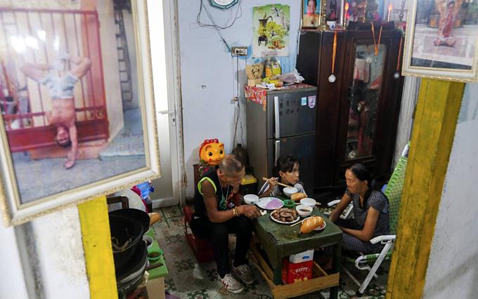 Vietnamese man single-handedly fights drug habit, wins - 7