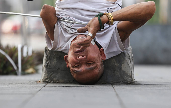 Vietnamese man single-handedly fights drug habit, wins - 3