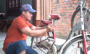 Passionate teacher recycles bicycles for poor students