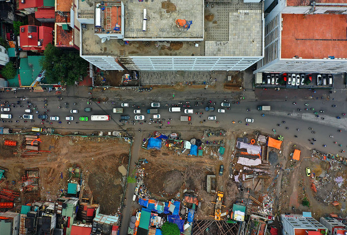 Hanoi road widening suffers five-year delay, traffic choked - 3