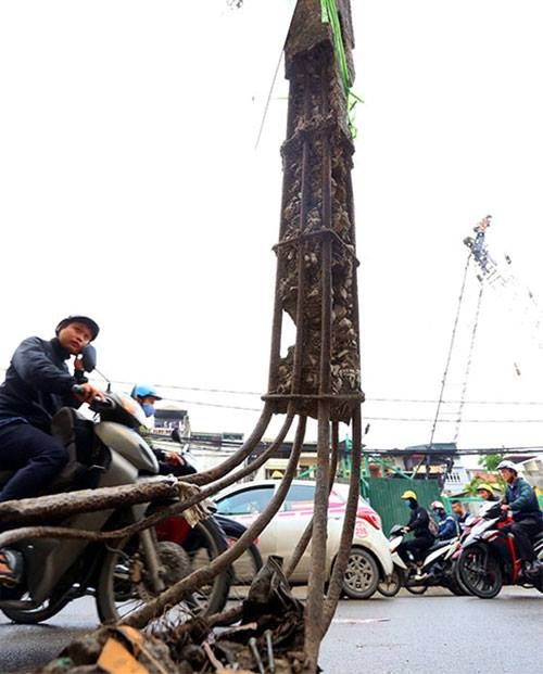 Hanoi road widening suffers five-year delay, traffic choked - 5