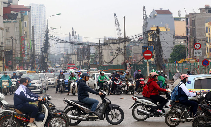 Hanoi road widening suffers five-year delay, traffic choked - 6