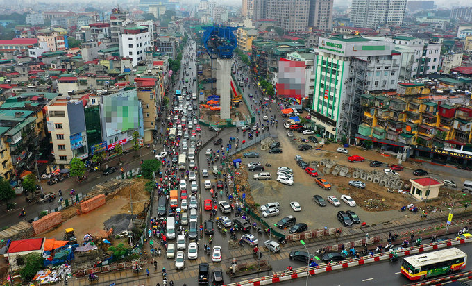 Hanoi road widening suffers five-year delay, traffic choked - 7