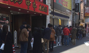 Japanese customers queue up to try Vietnam's national dish