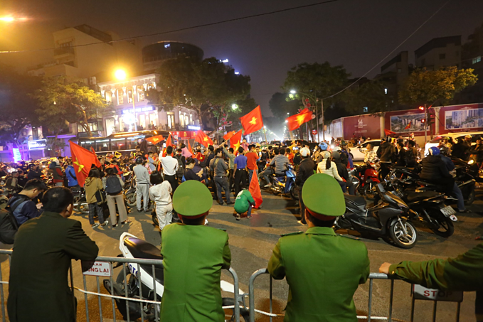 Vietnam qualify for AFC U23 Championship, joyful fans hit the streets - 8