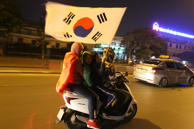 Vietnam qualify for AFC U23 Championship, joyful fans hit the streets - 10