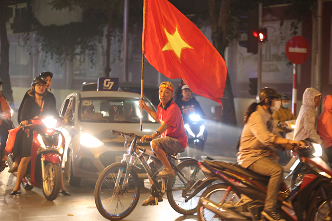 Vietnam qualify for AFC U23 Championship, joyful fans hit the streets - 1