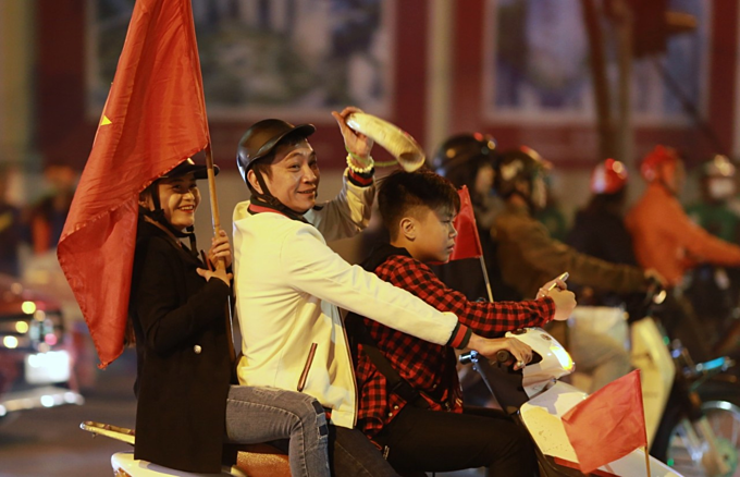 Vietnam qualify for AFC U23 Championship, joyful fans hit the streets - 2