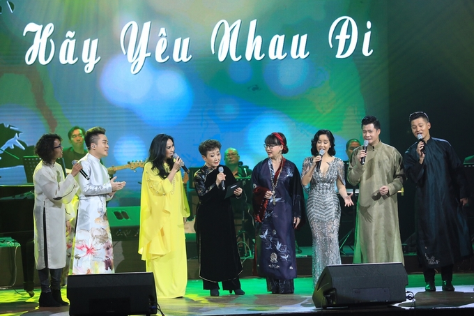Together with Vietnamese artists, Kato sang Hay Yeu Nhau Di (Let's Fall In Love). Photo by VnExpress/Huu Khoa
