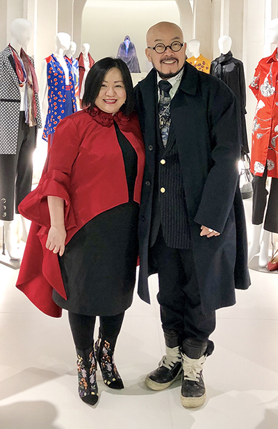 Trang Le (L), president of the Fashion Week, and Lie Sang-bong. Photo acquired by VnExpress