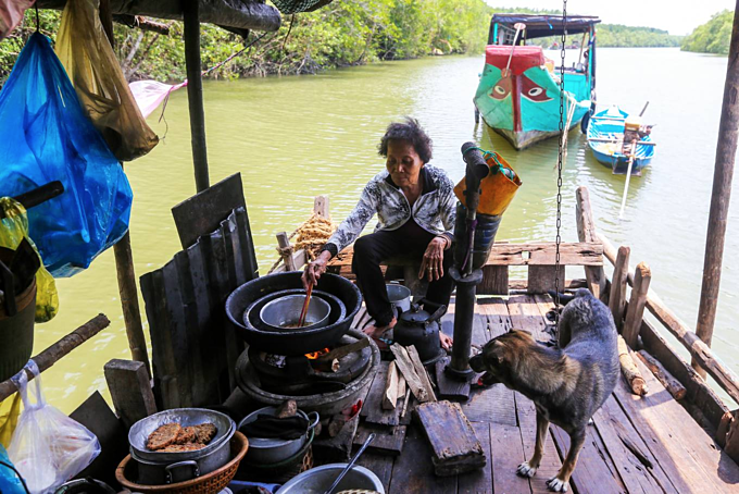 Couple lives off the grid in Saigons mangrove forest - 2