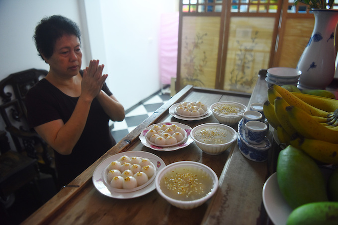 Hanoians and their ancestors enjoy a sticky sweet day - 7